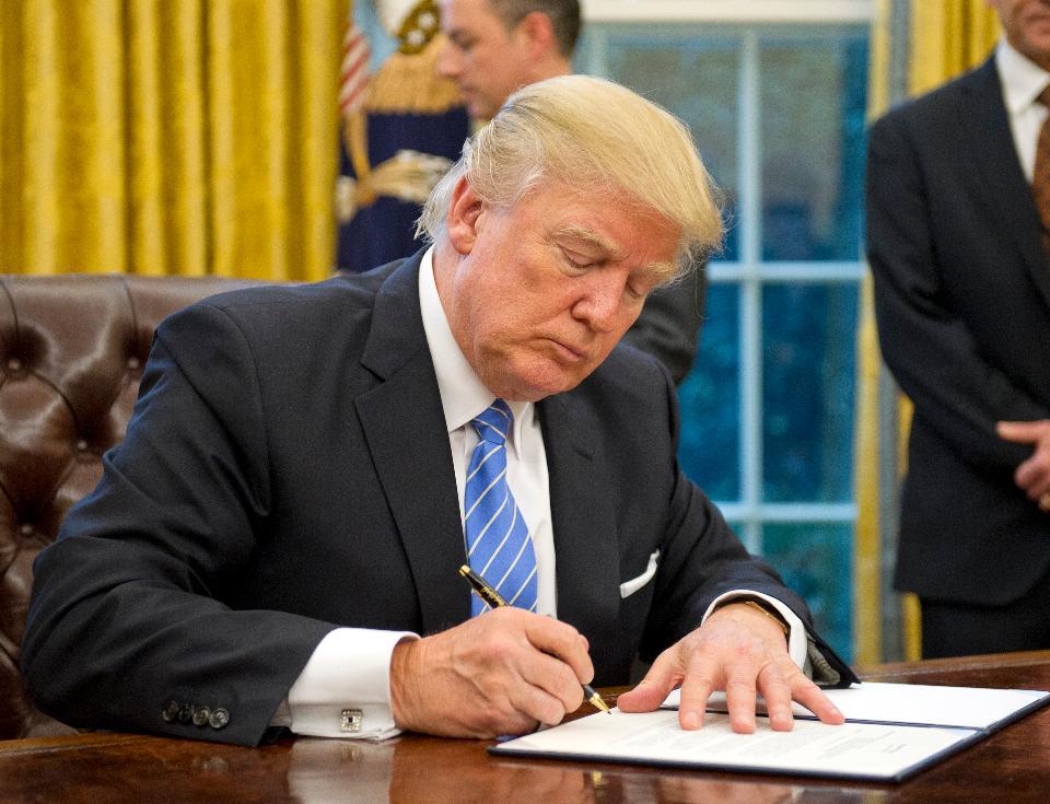 Tổng Thống Mỹ Ra Lệnh Rà Soát & Có Biện Pháp Trừng Phạt Các Trường Hợp Visa Quá Hạn Tại Mỹ