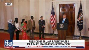 Tổng Thống Mỹ Nhấn Mạnh Về Việc Nhập Cư Mỹ Hợp Pháp Tại Buổi Lễ Nhập Tịch Được Tổ Chức Bất Ngờ